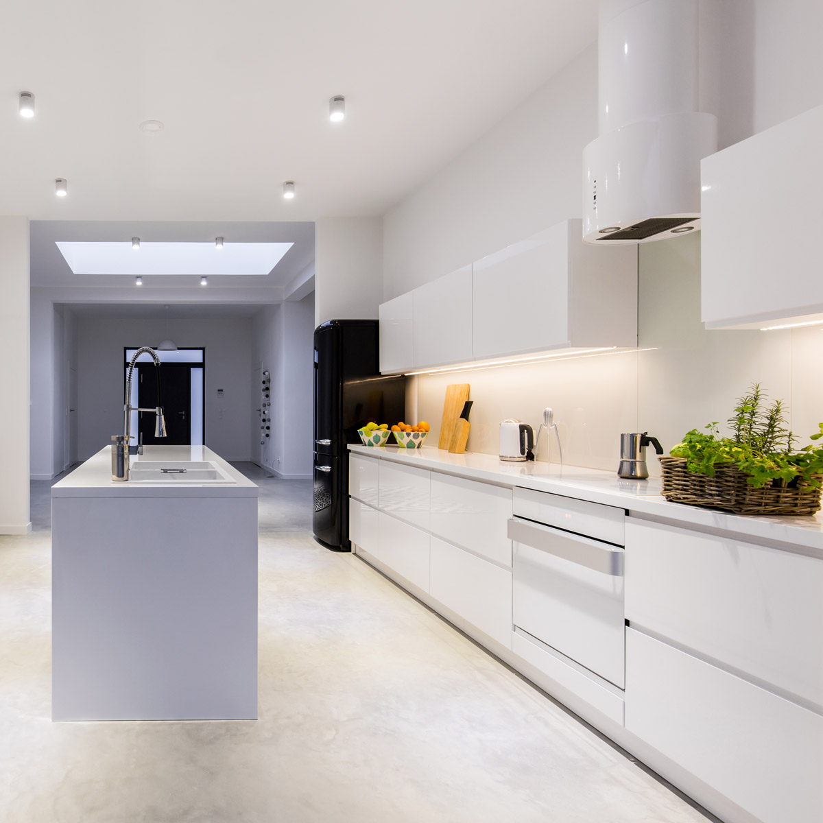 bright-kitchen-with-kitchen-island-P4BQZGS